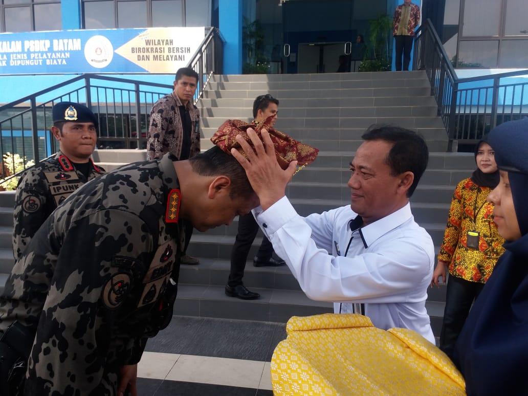 Plt. Kepala Dinas Kelautan dan Perikanan Provinsi Kepulauan Riau Menyematkan Tanjak Kepada Bpk. Menteri Kelautan dan Perikanan di Kantor PSDKP Batam - Kepala Dinas